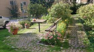 Taman depan apartemennya Mas Fadjar. Bannyak bunga-bunga~~~ bunga-bunga~~~ *eh
